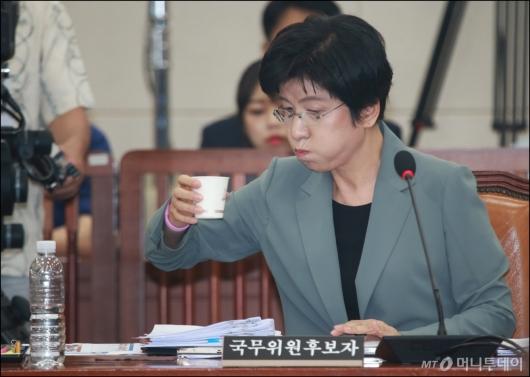 [사진]물 마시는 김영주 장관 후보자