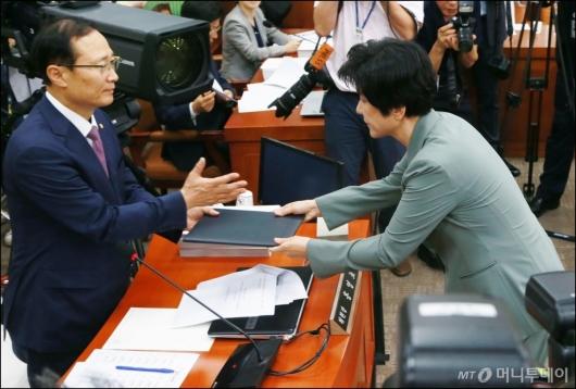 [사진]선서문 전달하는 김영주 장관 후보자