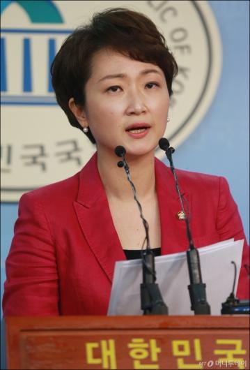 [사진]당대표 선거 출마선언하는 이언주 원내수석
