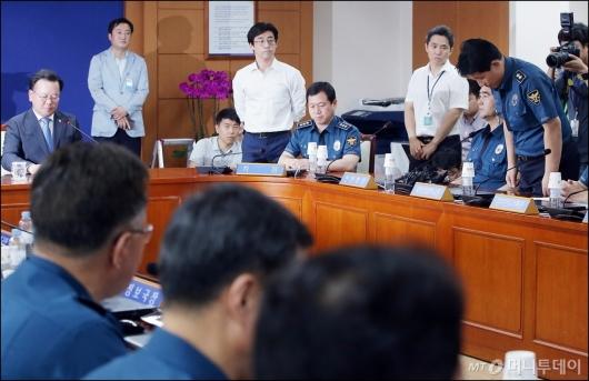[사진]고개숙인 강인철 학교장
