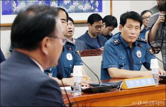 [사진]김부겸 장관 바라보는 강인철 학교장