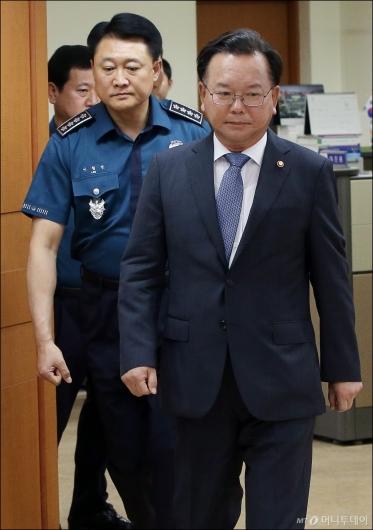 [사진]경찰 지휘부 회의 참석하는 김부겸 장관