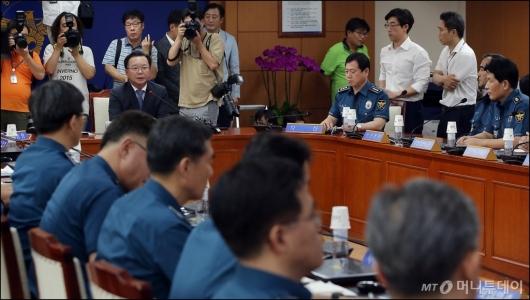 [사진]경찰 지휘부 소집 회의 갖는 김부겸 장관