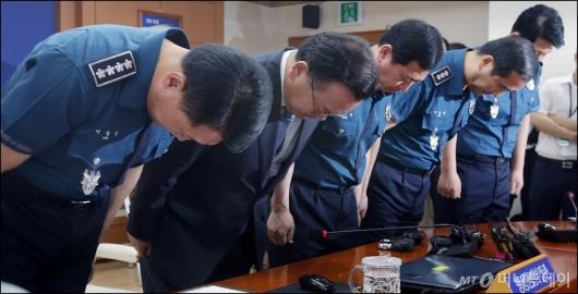 [사진]경찰 수뇌부와 고개숙인 김부겸 장관