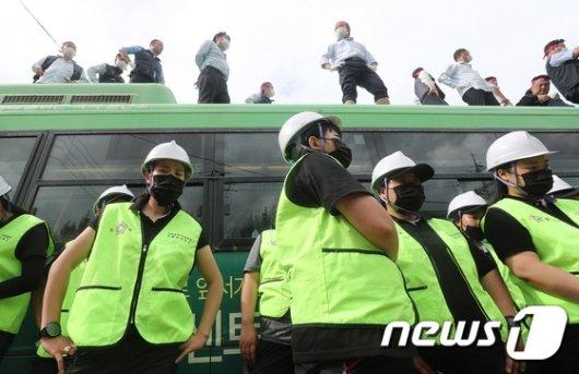 [사진]버스지붕으로 올라간 버스기사들