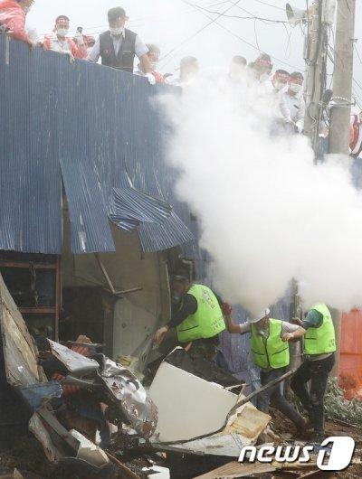 [사진]소화기 뿌리며 반발하는 버스 기사들