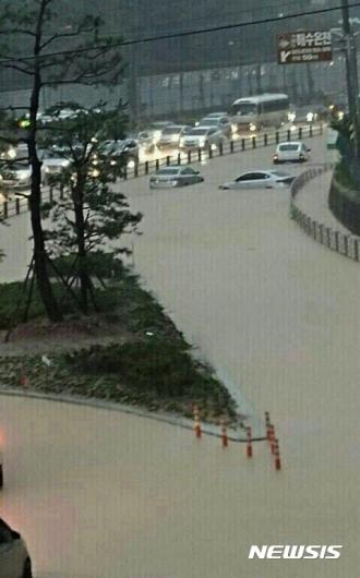 [사진]폭우로 침수된 거제 중곡동 앞 4차선 도로