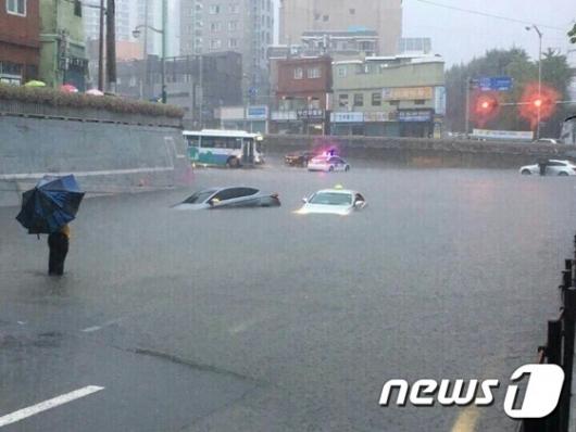 [사진]부산 폭우 '빗물에 잠긴 자동차'