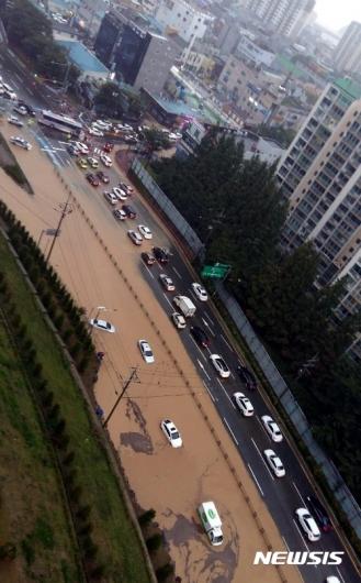 [사진]한방향 차선이 침수된 거제 중곡동 일대