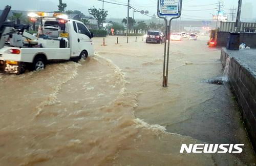 [사진]침수된 마을 앞 도로