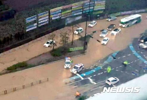 [사진]'침수로 교통혼잡' 거제 중곡동 앞 4차선도로