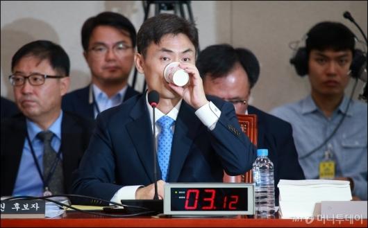 [사진]물 마시는 박성진 중소벤처부 장관 후보자