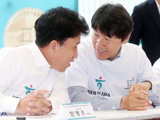 [사진]이야기 나누는 함영주 은행장-신태용 감독