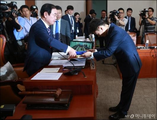 [사진]선서문 전달하는 박성진 장관 후보자