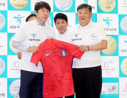 [사진]노태강 제2차관에게 유니폼 선물하는 신태용 감독