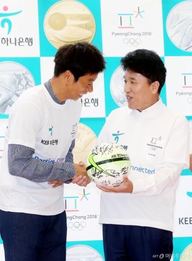 [사진]함영주 은행장에게 축구공 선물하는 염기훈