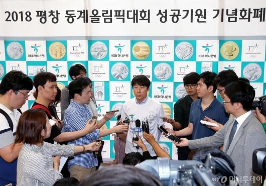 [사진]인터뷰 응하는 신태용 감독