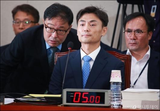 [사진]대화하는 박성진 장관 후보자