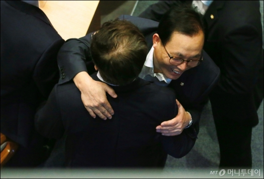 [사진]김이수 인준안 부결에 포옹하는 이채익 의원