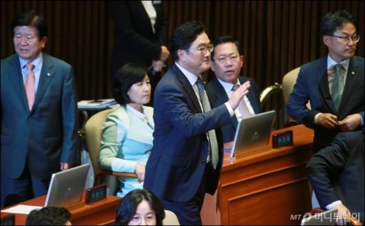 [사진]김이수 인준안 부결...정회요청하는 우원식 원내대표