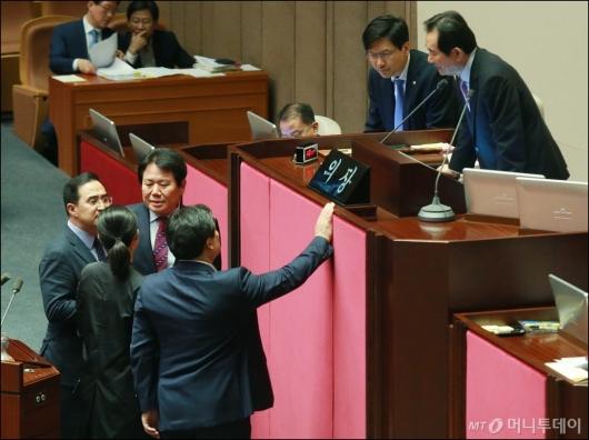 [사진]국회의장과 논의하는 4당 원내수석