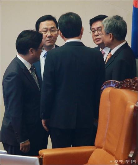 [사진]국회의장과 논의하는 4당 원내대표
