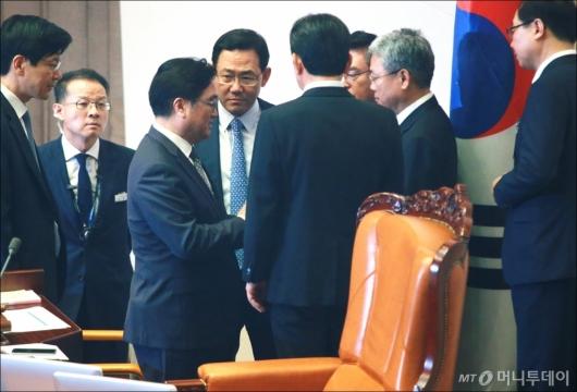 [사진]국회의장과 논의하는 여·야 원내대표