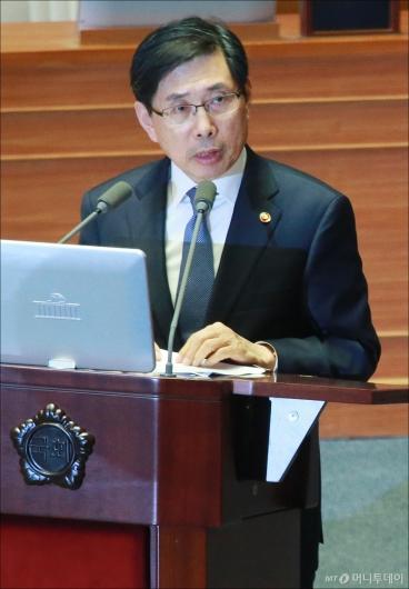 [사진]답변하는 박상기 법무장관