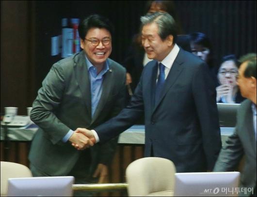 [사진]악수하는 김무성-장제원