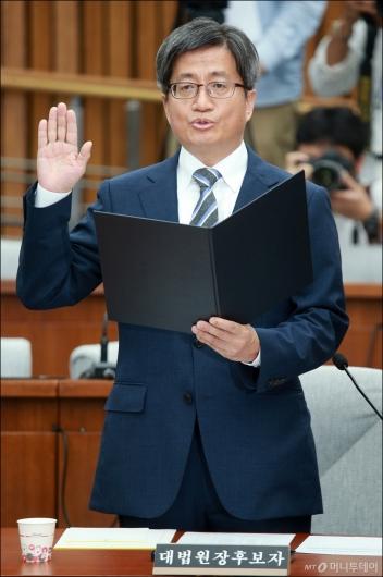 [사진]선서하는 김명수 대법원장 후보자