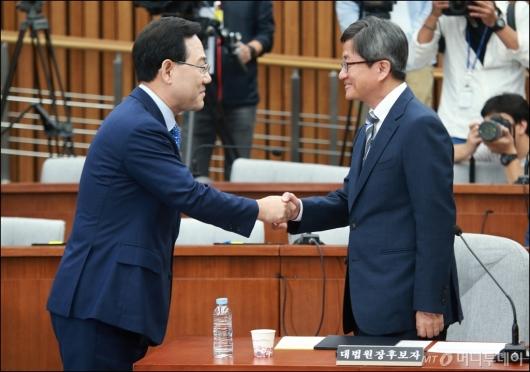 [사진]악수하는 김명수 후보자-주호영 위원장
