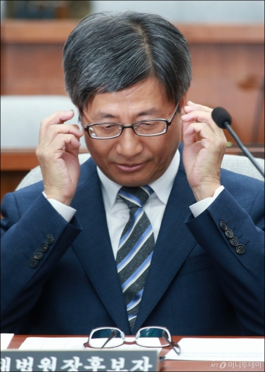 [사진]안경 바꿔쓰는 김명수 대법원장 후보자