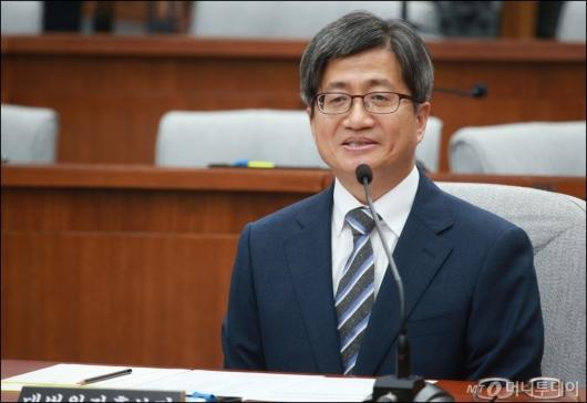 [사진]여유로운 김명수 대법원장 후보자