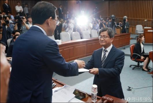 [사진]선서문 전달하는 김명수 대법원장 후보자