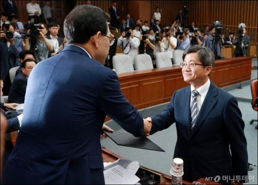 [사진]악수하는 주호영 위원장-김명수 후보자
