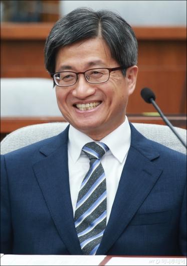 [사진]여유로운 김명수 후보자