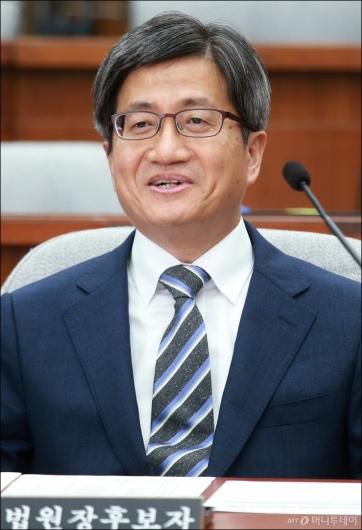 [사진]미소로 답하는 김명수 대법원장 후보자