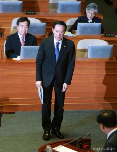 [사진]대정부질의 나선 송영무 국방장관