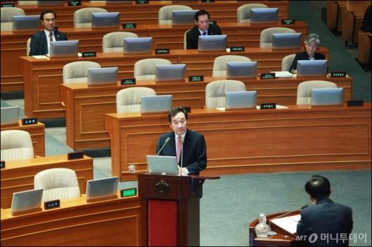 [사진]대정부질의 나선 이낙연 총리