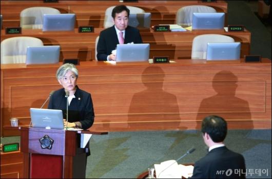 [사진]대정부질의 나선 강경화 외교장관