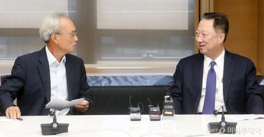 [사진]이야기 나누는 문성현 노사정위원장-박용만 회장
