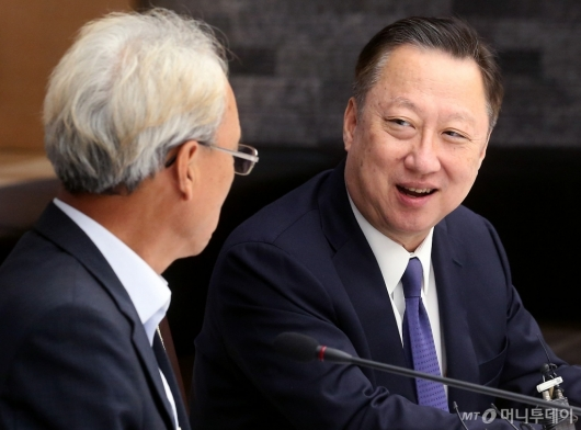 [사진]노사정위원장과 이야기 나누는 박용만 회장