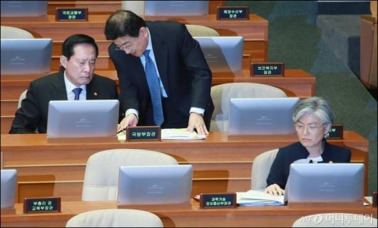 [사진]대정부질의 출석한 송영무-강경화 장관