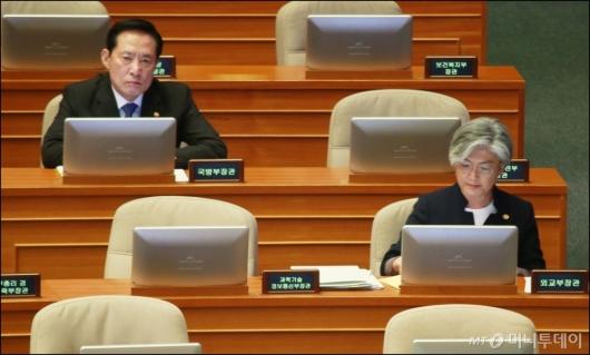 [사진]대정부질의 출석한 강경화-송영무 장관