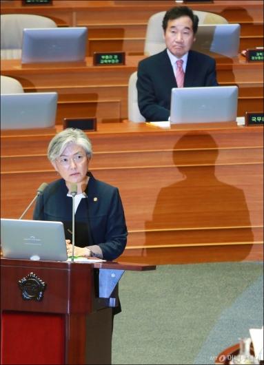 [사진]답변하는 강경화 외교장관