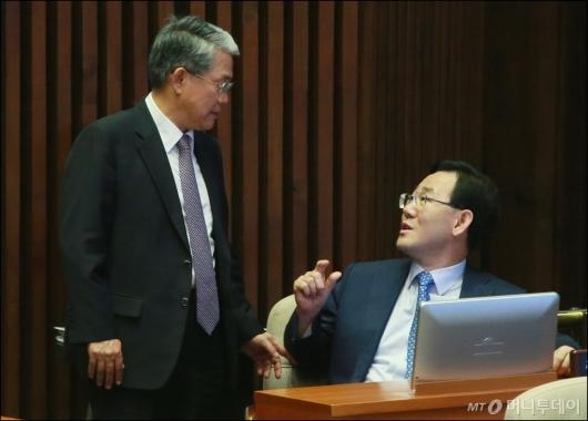 [사진]대화하는 김동철-주호영 원내대표