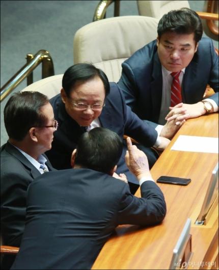 [사진]논의중인 원유철-이주영-정갑윤-서청원