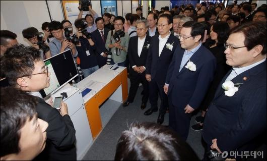 [사진]'금융권 공동 채용박람회' 둘러보는 금융권 수장들