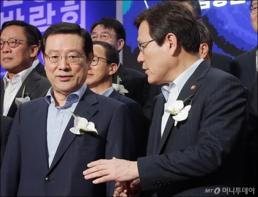 [사진]대화 나누는 이용섭-최종구