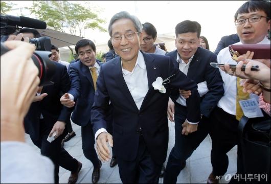 [사진]윤종규 회장, '다음에 얘기할게요'